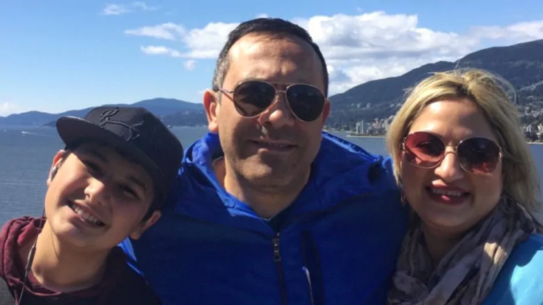 اردلان ابنالدین حمیدی و نیلوفر رزاقی همراه پسرشان کامیار، ساکنان منطقه مترو ونکوور