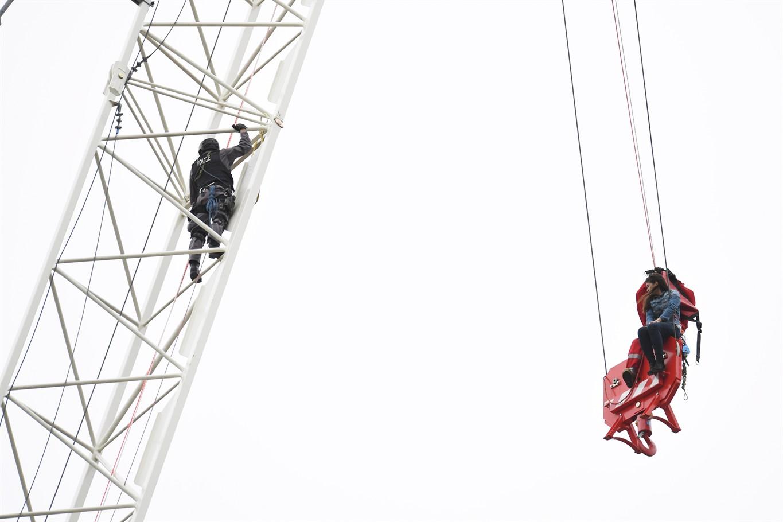 بالا رفتن از جرثقیلی در تورنتو همراه با چتر نجات