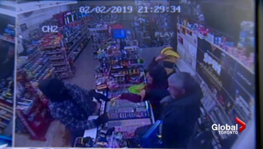 کارمند فروشگاهی که با پرتاب موز تلاش برای سرقت را خنثی میکرد