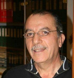 محمود عطار ۶۹ ساله با وسائل تزئینی برای خانه جدید دخترش