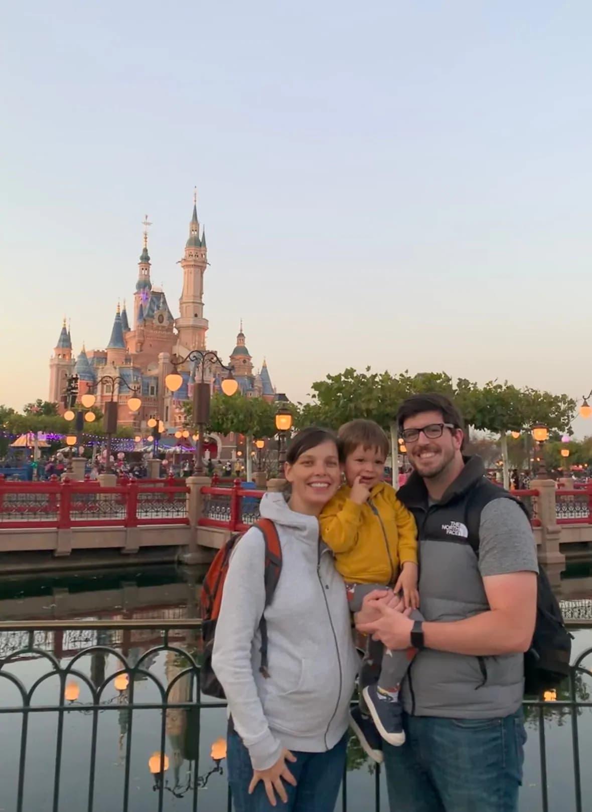 خانم باردار ۲۹ ساله کانادائی در شهر ووهان چین در انتظار راهی تا به خانه بازگردد