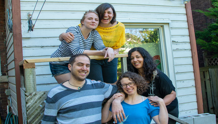 این شش نفر با هم یک خانه خریدند تجربهای که آیا به درد شما هم میخورد؟