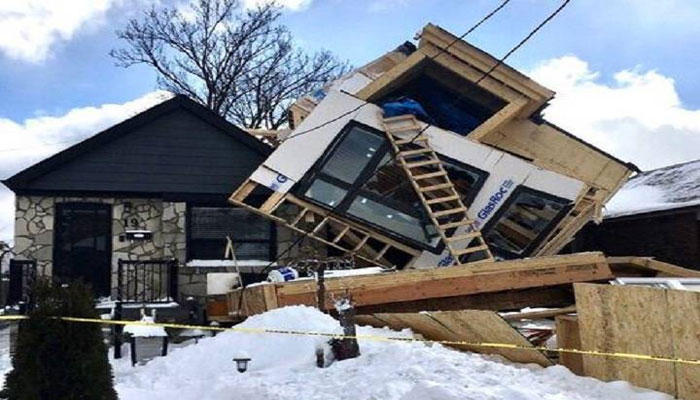 خانه در حال ساخت در تورنتو روی خانه بغلی فرو ریخت