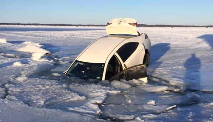 سیمکوی انتاریو؛ ماشین این دو ماهیگیر به دریاچه یخزده سقوط کرد ولی آنها نجات یافتند