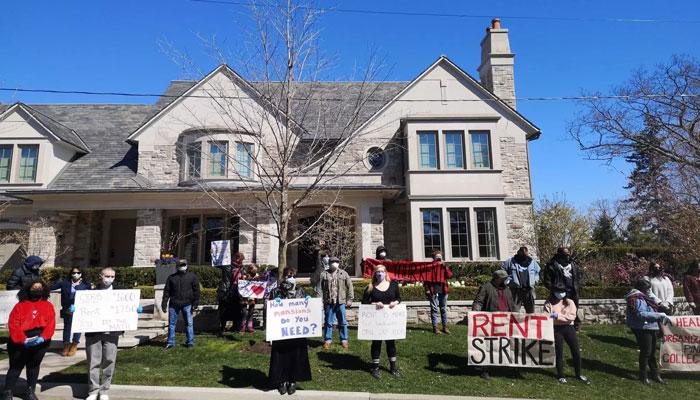 مستاجران تورنتویی بیرون از خانه صاحبخانههای خود، اقدام به اعتراض کردند