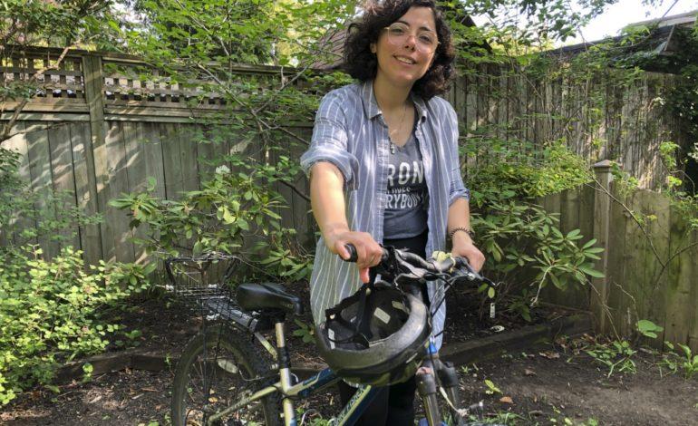 دختر سوری در کانادا به مهاجران تازهوارد دوچرخهسواری در شهر یاد میدهد