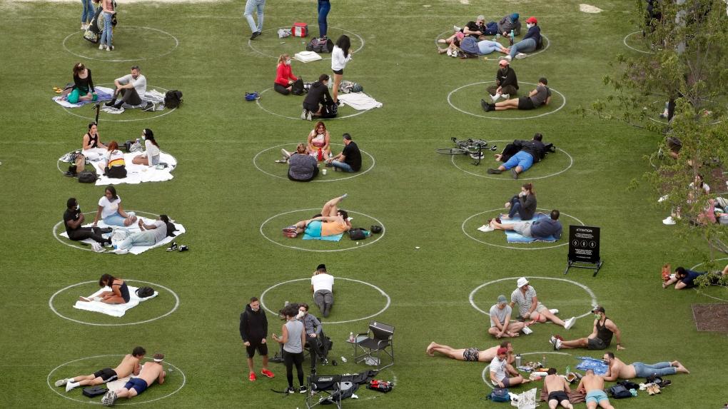 مردم در این پارک تورنتو با دایره از هم جدا میشوند