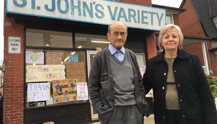 قدردانی اهالی یک محله از زوج سالمندی که مغازه خود را در زمان کرونا تعطیل نکردند