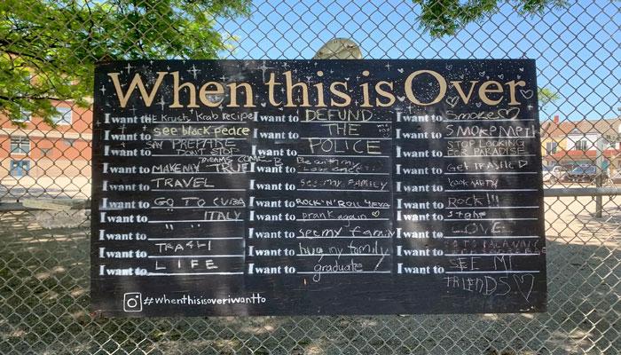 یک تخته سیاه در تورنتو برای اینکه روی آن بنویسید بعد از قرنطینه چکار میکنید