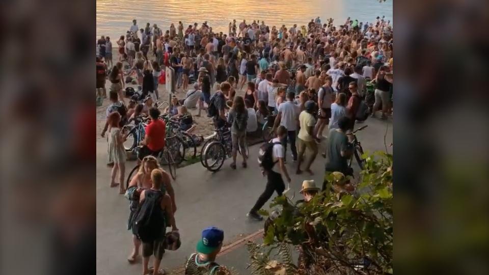 دورهمی رقص و آواز در ساحل ونکوور بدون رعایت اصول ایمنی