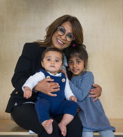 رزی کریم و دو نوهاش آریا ۴ ساله و لیام ۸ ماهه
