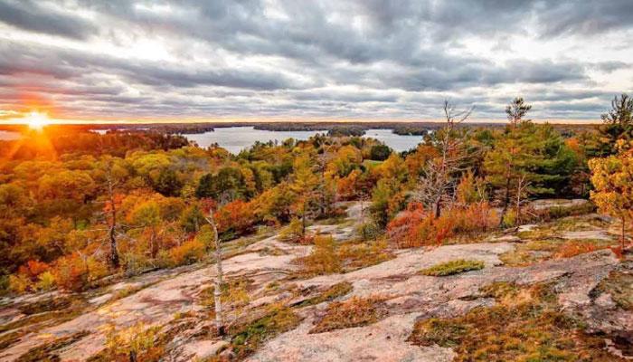 Huckleberry Rock؛ تماشای یکی از دیدنیترین منظرههای مشرف به دریاچه مسکوکا