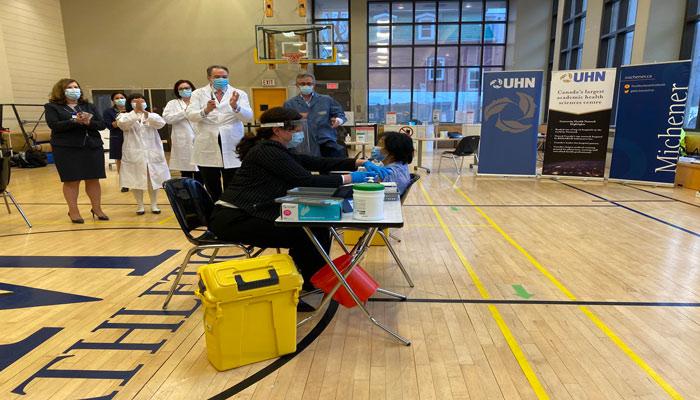 پنج پرستار و مددکار در تورنتو، نخستین کسانی هستند که امروز در کانادا واکسن کرونا را دریافت کردند