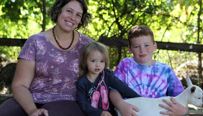 این مادر مجرد با سه فرزند از تورنتو رفت و یک مزرعه خرید تا بز پرورش بدهد
