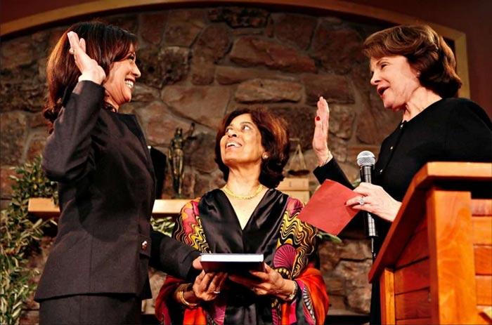 خانم کامالا هریس، سمت چپ، در سال ۲۰۰۸ به عنوان وكیل دادگستری سانفرانسیسكو ، سوگند یاد كرد. مادر خانم هریس، در مركز عکس، به بالا نگاه میکند