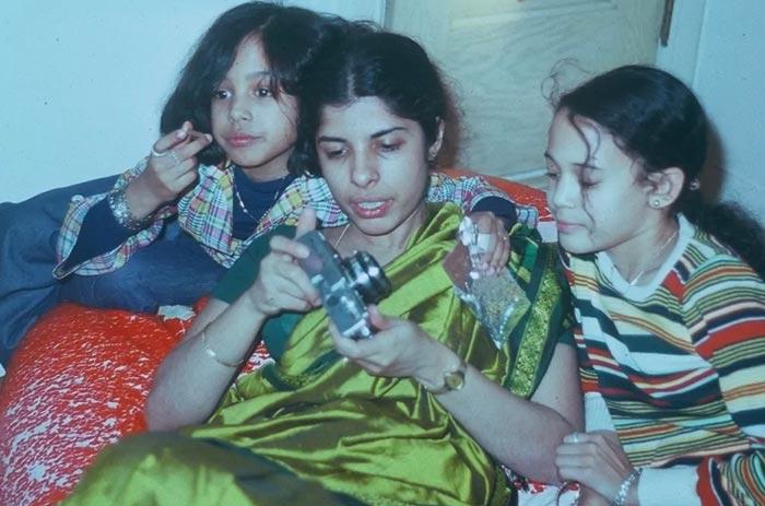 کامالا و خواهرش مایا هریس همراه با خالهشان، Chinni Subash در مونترال در اواسط دهه ۱۹۷۰ میلادی. کامالا وقتی ۱۲ ساله بود، با خواهر و مادرش از کالیفرنیا به مونترال نقل مکان کردند