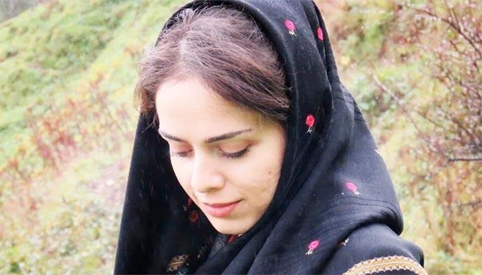 گزارش سیبیسی از یک زن هنرمند ایرانی که آثار هنری خود را روی پدهای قاعدگی خلق میکند