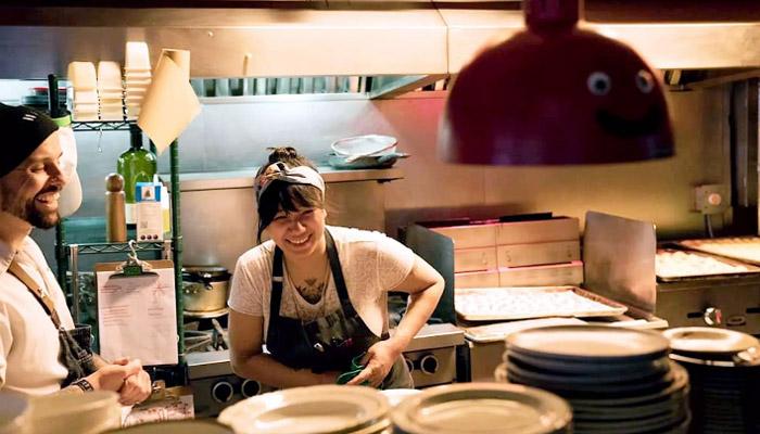 این آرایشگر مهاجر نتوانست در پاندمی بیکار بماند؛ او حالا رستوران خانگی خود را دارد
