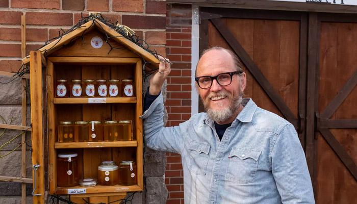 کوچکترین عسلفروشی دنیا در تورنتو؛ همه خانواده همکاری میکنند