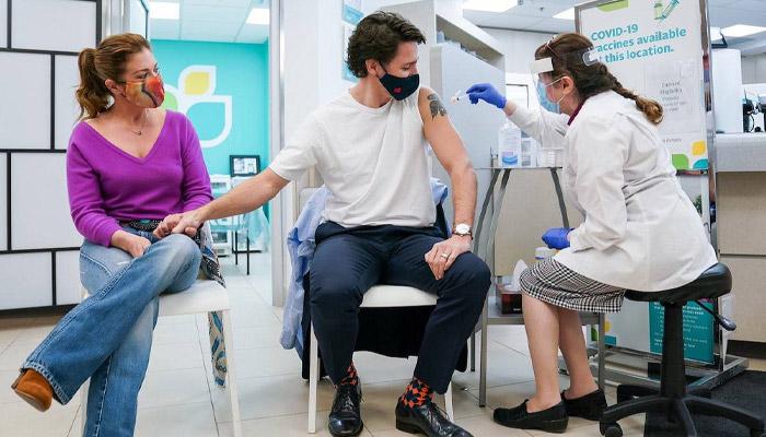 رفتار عاشقانه جاستین ترودو با همسرش هنگام دریافت واکسن آسترازنکا