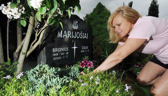 خانم مارسلا مدیر فروش یک هتل بود ولی با شروع پاندمی به کار نگهداری از قبرها پرداخت و حالا خیلی هم راضی است